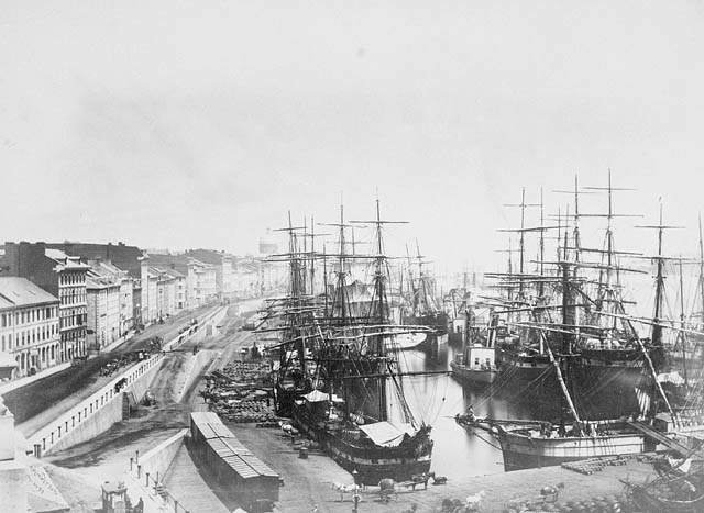 A harbour at Montreal in1874 from the Customs House. Alexander Henderson / Library and Archives Canada / PA-149728. From http://www.theshipslist.com/pictures/montreal1874.shtml